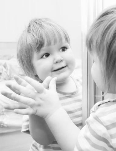bambina che si specchia