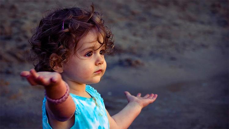Bambino che pone domanda