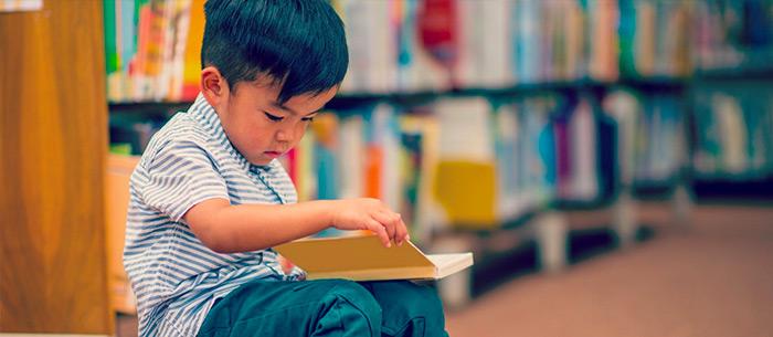 un bambino di 5 anni che legge