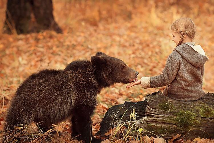 Bambina con orso