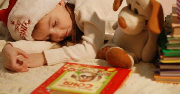 bambino legge libri sul natale